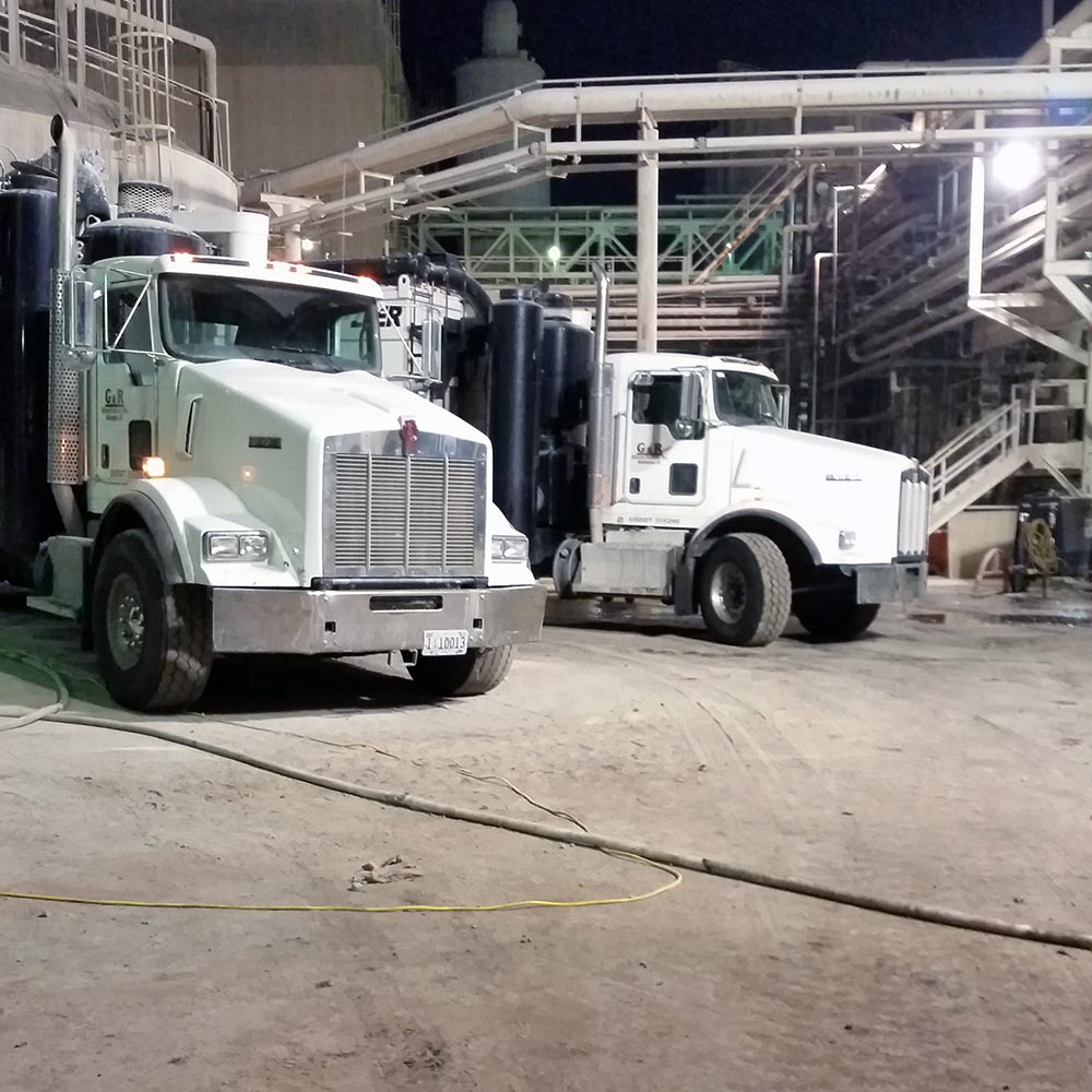 Vacuum trucks tank cleaning